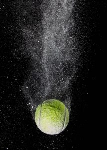 توپ تنیس رها در آسمان